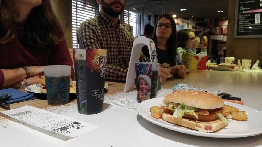 Les membres de l'association Zero Waste ont apporté leurs couverts à MacDonald's