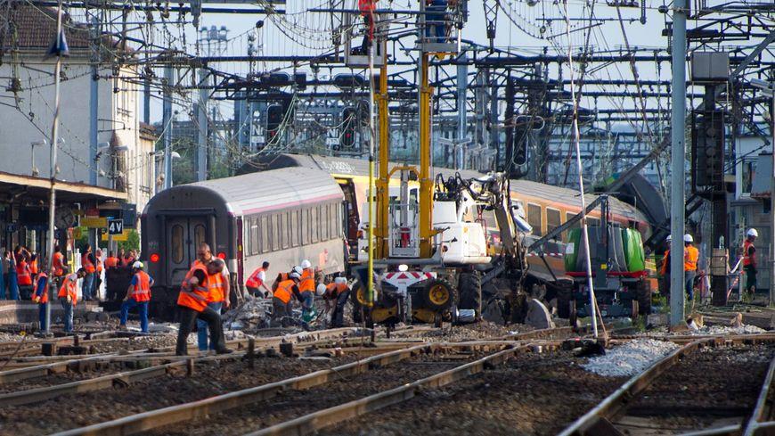 Le déraillement d'un train à Brétigny-sur-Orge (Essonne) a fait sept morts et des dizaines de blessés, le 12 juillet 2013