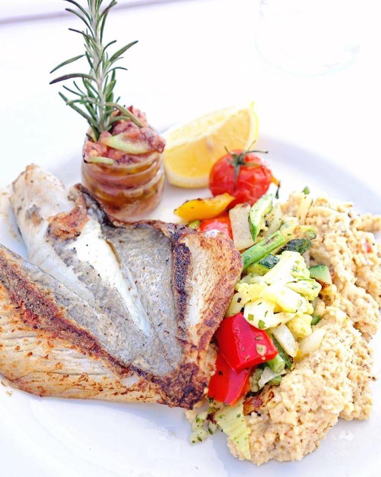 Spécialité de la maison, le poisson grillé tient le rôle vedette