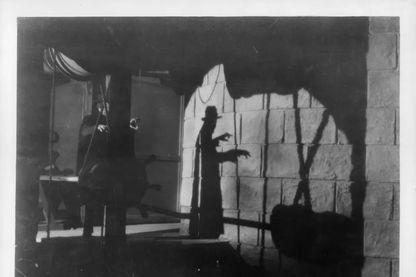 """L'ombre de Lon Chaney dans le film """"Le Fantôme de l'Opéra"""" adapté de Gaston Leroux en 1925."""