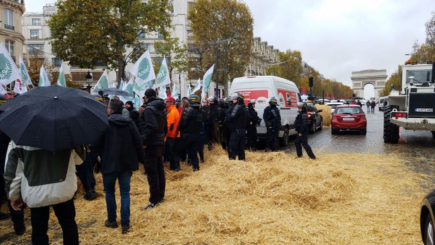 Les agriculteurs répandent de la paille à Paris sur les Champs-Elysées