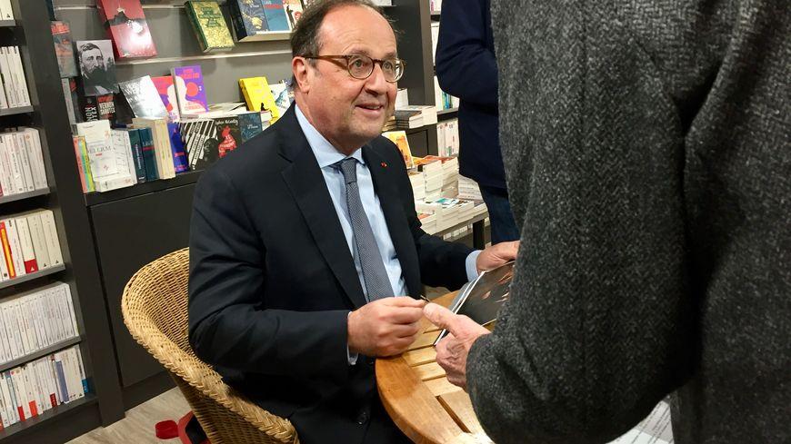 François Hollande à la librairie Privat, à Toulouse.