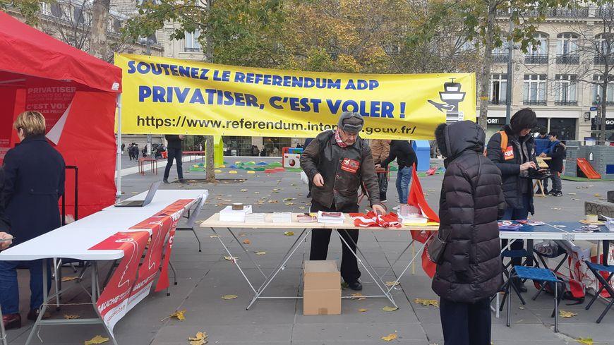 Plusieurs partis politiques de gauche, syndicats et ONG étaient rassemblés samedi place de la République à Paris.