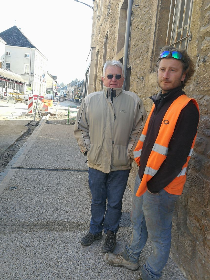 Le maire Bernard Milloir et Julien chef de chantier pour une société de BTP