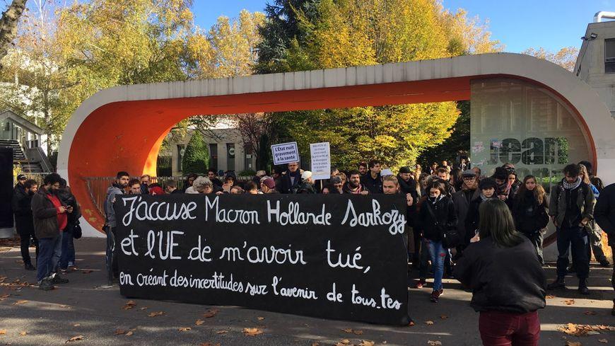Le rassemblement a été organisé devant l'université Jean-Monnet à Saint-Étienne.