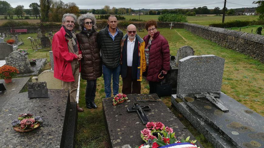 Les proches de René et Daniel Herszbaum réunis autour de la tombe de Léontine