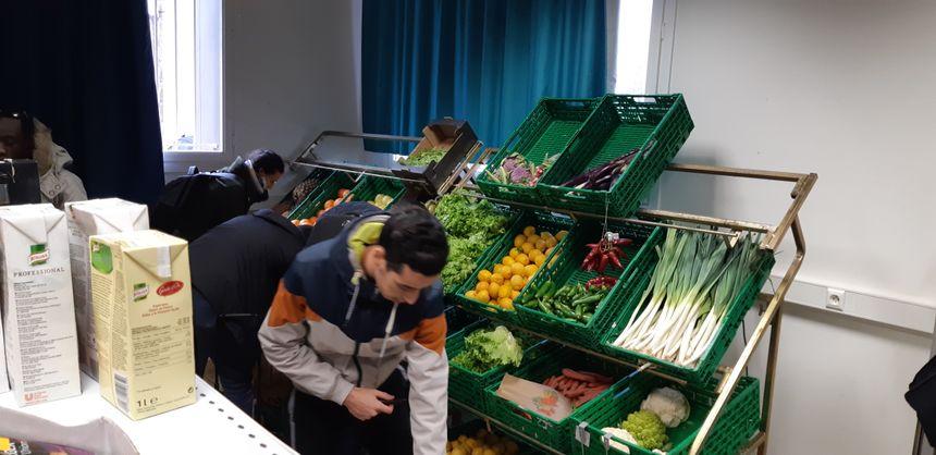 Les étudiants bénéficiaires peuvent aussi acheter des produits frais à petits prix