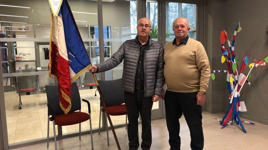 Daniel Friedrich (à gauche) et Hubert Cazaillon (à droite), de la section de Narrosse de l'UNC, sont fiers d'arborer leur drapeau de la Première Guerre mondiale.