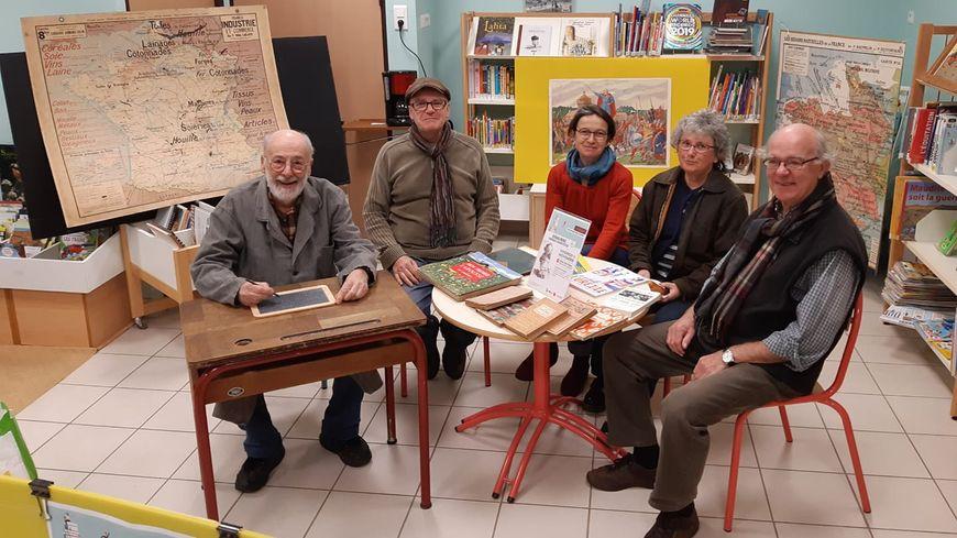 Les bénévoles de la bibliothèque organisent une causerie sur l'école à Ste Gemmes le Robert.
