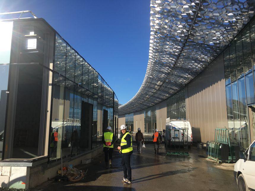 Une résille métallique de 500 mètres de long surmonte le centre commerciale et sera éclairée par des leds