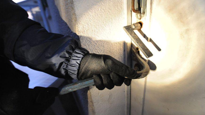 Le voleur est entré en fracturant la porte de secours du restaurant. (image d'illustration)