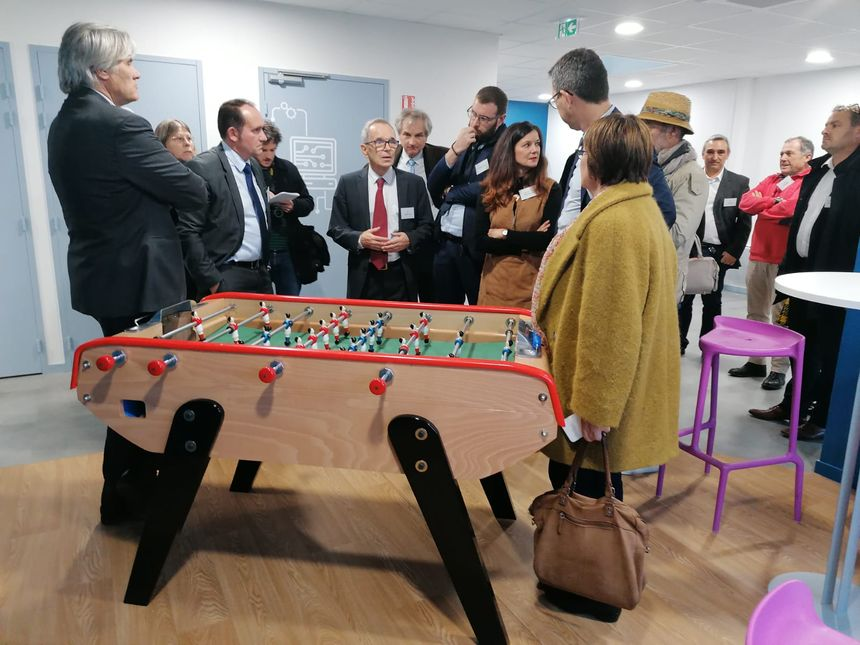 Le président fondateur Denys Gounot (au centre) fait visiter ses nouveaux locaux aux élus.