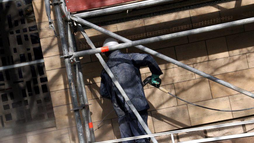 Un ouvrier était mort en chutant d'un échafaudage à Saran : prison avec sursis requise contre son employeur - France Bleu