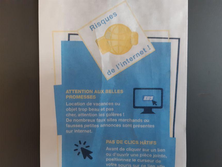 Etui de baguette avec des messages de prévention aux risques internet.