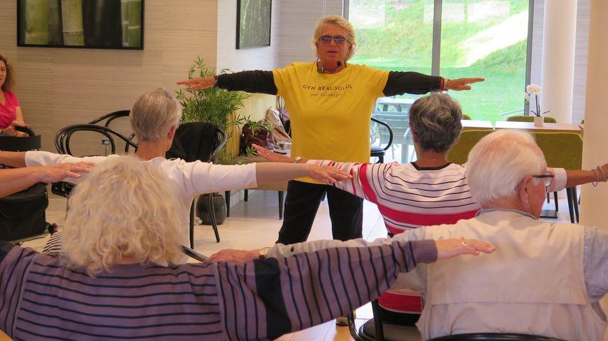 Les plus de 55 ans veulent rester en forme. Véronique, autrefois célébre pour son duo sportif à la télévision avec Davina, continue d'animer un cours destiné aux seniors.