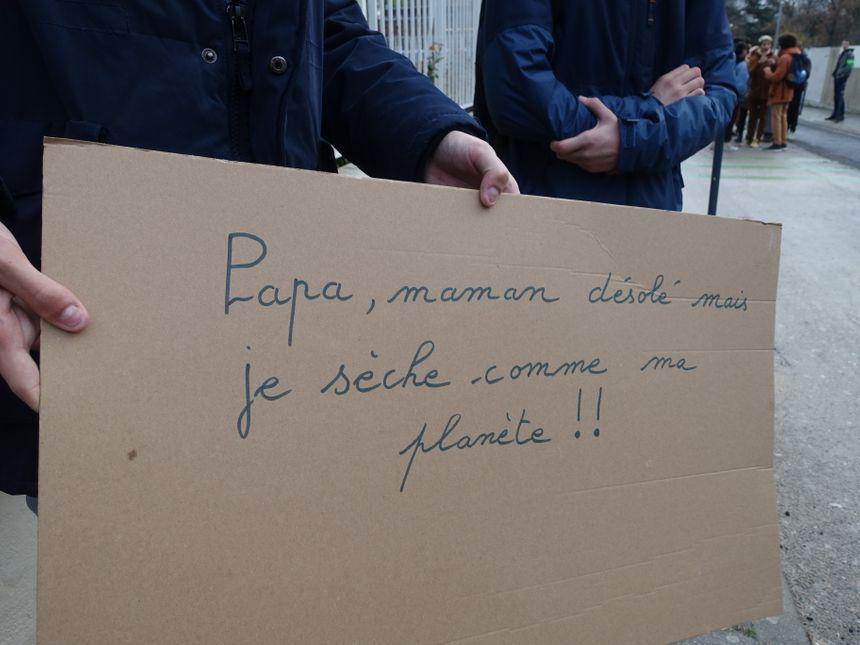 Des pancartes et des slogans devant les grilles pour convaincre les autres lycéens nancéiens de rejoindre la marche