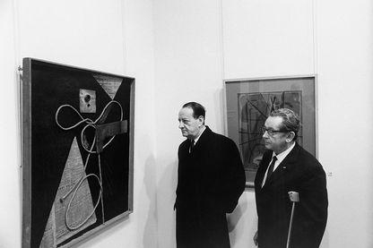 Hans Hartung et André Malraux lors de sa rétrospective en 1969
