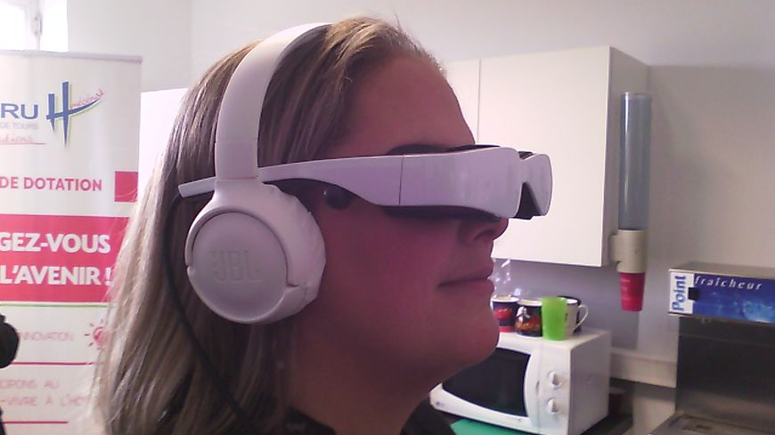 Tours : le CHRU se dote de deux paires de lunettes vidéo d'hypnose pour la cardiologie - France Bleu
