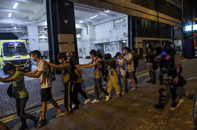 """Des manifestants sont """"escortés"""" par la police après avoir essayé de fuir le campus (18/11/2019)"""