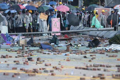 Hong-Kong dans l'impasse : confrontations entre les étudiants manifestants et la police anti-émeute devant l'Université Polytechnique de Hong-Kong, 17 novembre 2019