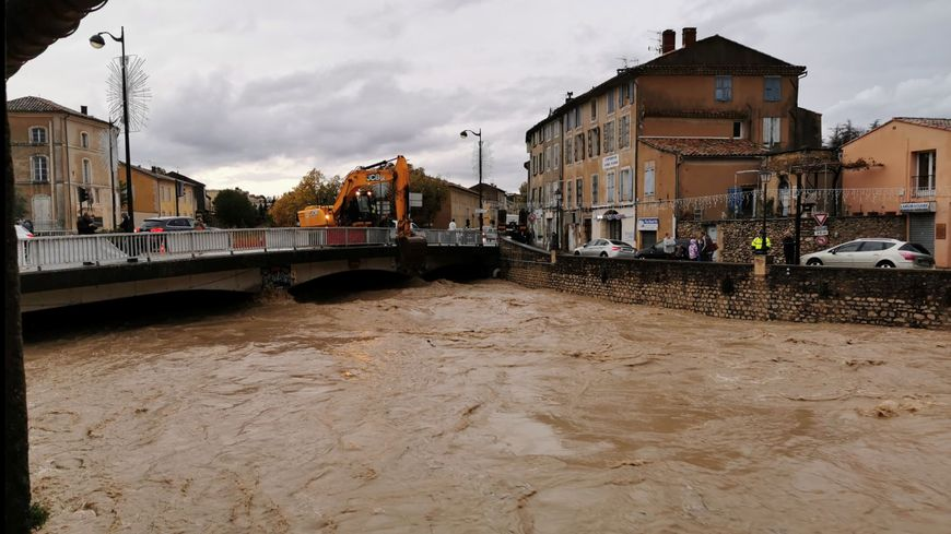 A Apt, le Calavon-Coulon est en crue ce samedi 23 novembre.