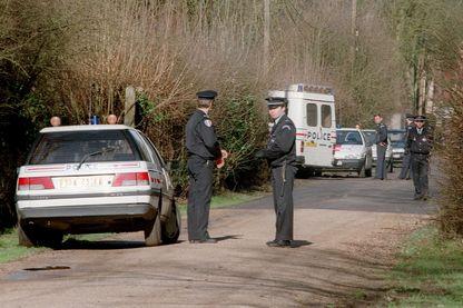 Les policiers interdisent l'accès à la maison située dans un quartier résidentiel de Louveciennes, le 27 février 1995, après qu'un adolescent, Alexi Polevoi, a reconnu être l'auteur des meurtres de quatre membres de sa famille et d'un couple d'amis