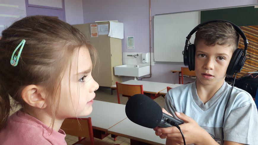 Noah et Lena d el'école La Castelle à Lattes Maurin en atelier radio