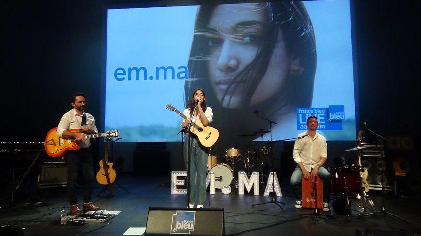 Emma avec Jean Davoisne à droite et Olivier Periès sur la scène de l'espace James Chambaud