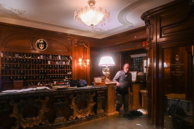 Un employé, dans la réception inondée du Palais Gritti, hôtel de luxe vénitien, après la marée haute de mardi.