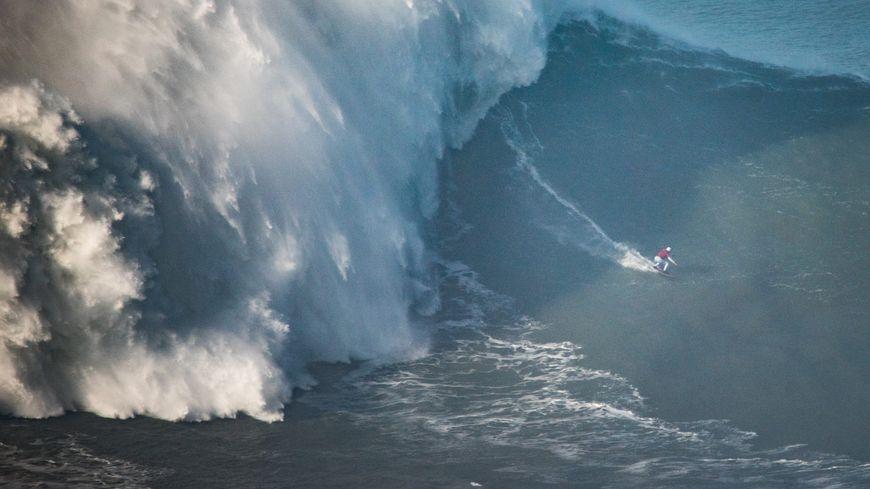 Le spot de Nazaré au Portugal attire les plus grosses vagues de la planète