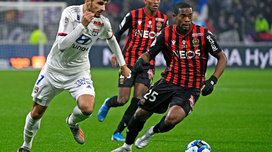 Martin Terrier s'échappe devant Wylan Cyprien et Hicham Boudaoui samedi sur la pelouse du Groupama Stadium