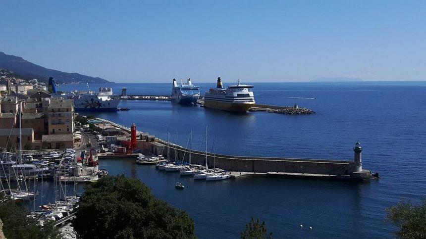 Selon la majorité territoriale, la SEMOP permettra à la région d'avoir la maîtrise du transport maritime et d'éviter tout risque de monopole