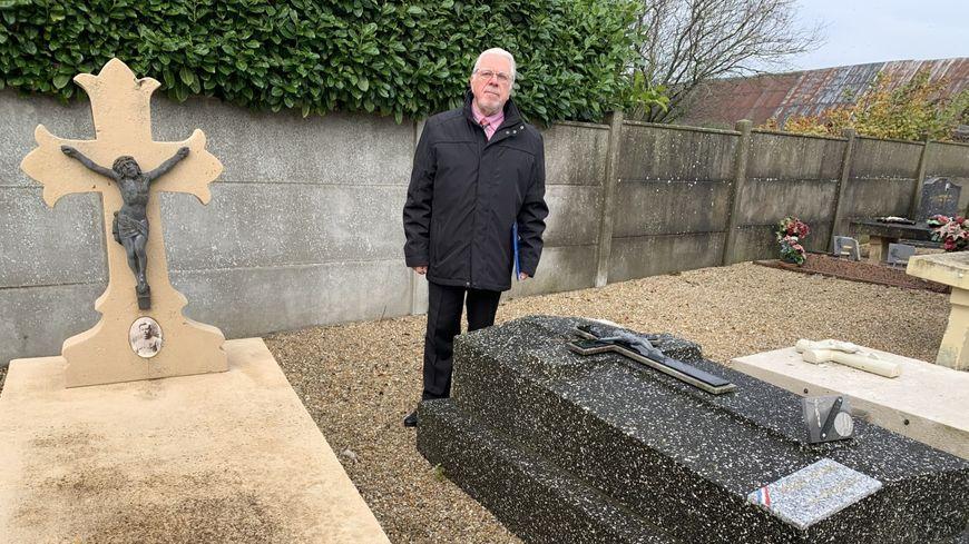 Alain Raoul, face à des tombes qu'il inspecte avec attention