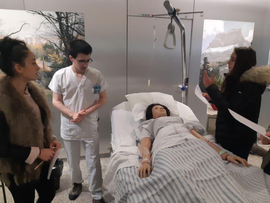 Au Centre hospitalier Métropole Savoie, il y a 946 aides-soignants