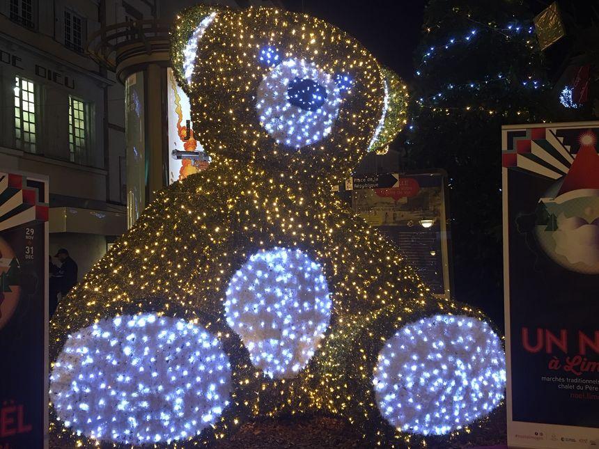 Fronte a Sandra e á súa nena, un enorme oso de peluche iluminado!