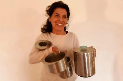Kareen Maya Levy avec sa bouilloire agrée pour l'avenir