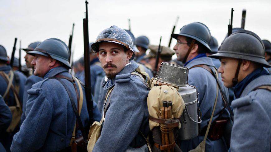 Des hommes jouant des soldats français lors de la reconstitution d'un champ de bataille à Douaumont en août 2018.