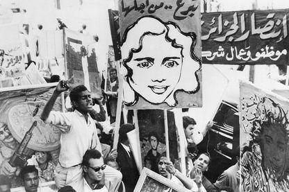 Des portraits illustrant la lutte des rebelles algériens contre la France à travers les rues du Caire le 30 mars à l'occasion de la célébration de la Journée internationale algérienne. ici portrait de  Djamila Bouhired