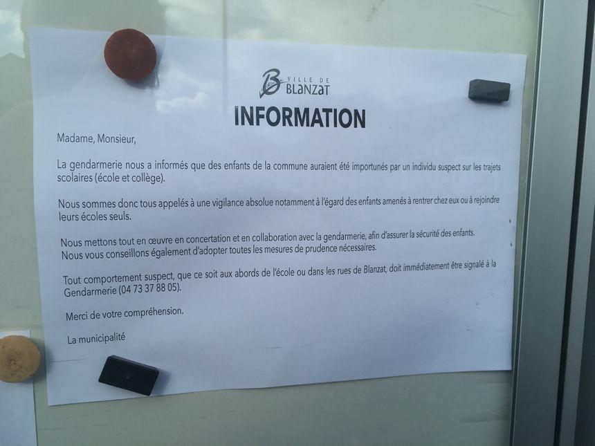 Une affiche a été placardée devant les grilles de l'école