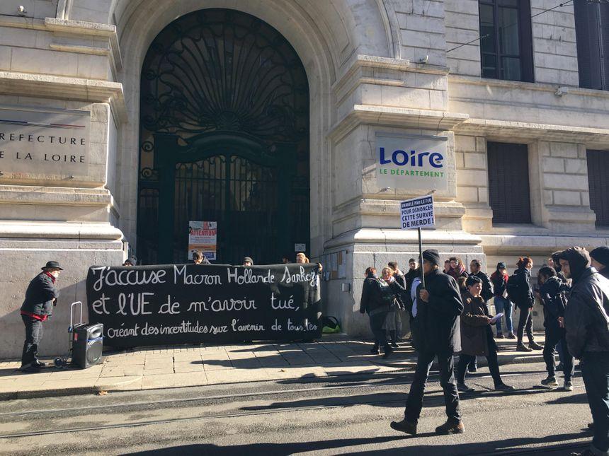 Les manifestant ont passé quelques minutes devant la préfecture avant de se faire expulser par les forces de l'ordre