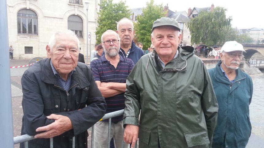 André Barre et des bénévoles de l'Arecabe