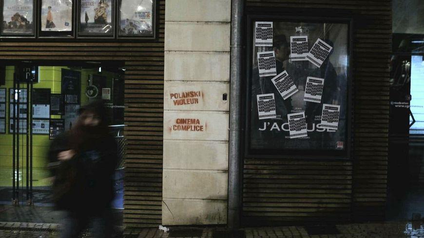 """Tracts et tags sur la façade du cinéma Tap Castille de Poitiers dénonçant la programmation du film """"J'accuse"""" de Roman Polanski"""
