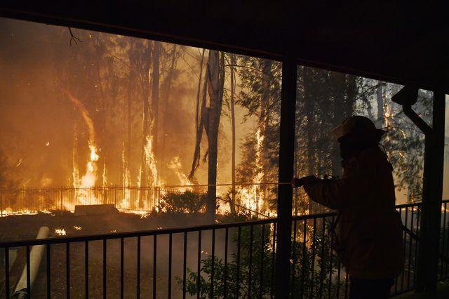 Les pompiers sont à pied d'oeuvre pour éteindre les incendies.