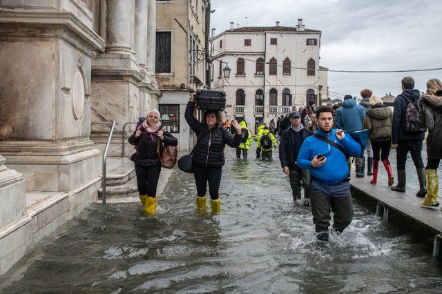 Des touristes contraints de porter leurs valises, quartier Cannaregio à Venise, fréquentée chaque année par des millions de touristes.