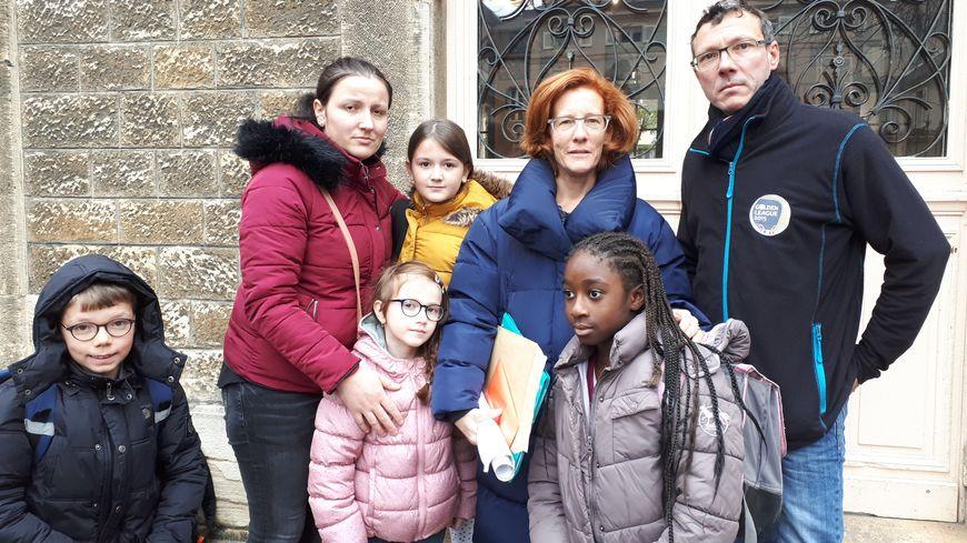 Donika Mulliqui (à gauche) et deux de ses filles entourées des parents d'élèves