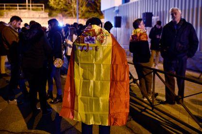 Un partisan du parti d'extrême droite nationaliste Vox, drapé dans le drapeau espagnol, devant le siège de son parti à Madrid en attendant les résultats, dimanche 10 novembre 2019.