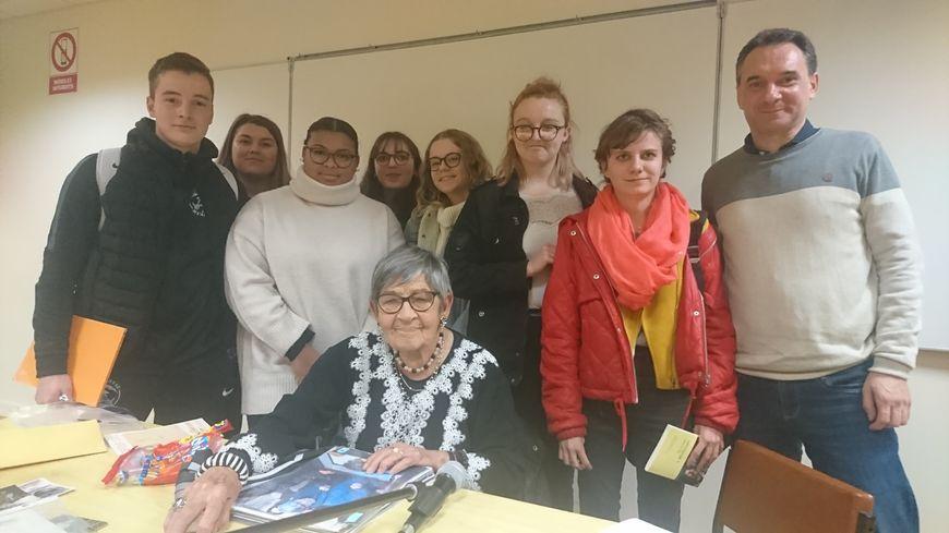 Ginette Kolinka aux côtés de lycéens de Kerustum