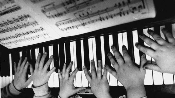 Mains d'enfants sur clavier de piano (The Internal Drama School, Surry Hills, 1989)