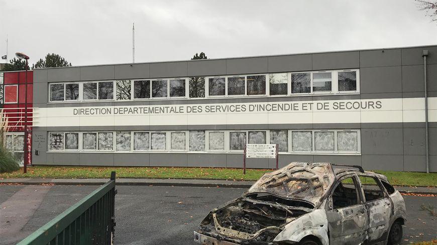 Les deux véhicules ont été incendiés à deux entrées de la caserne devant la direction des services d'incendie et de secours du Calvados.