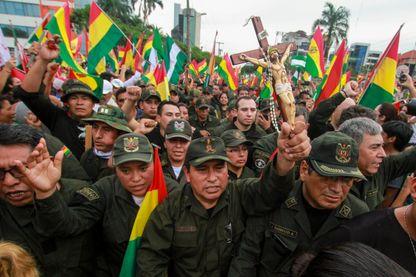 Manifestation de militaires, crucifix à la main, célébrant dans la ville de Santa Cruz, la fuite du président Morales